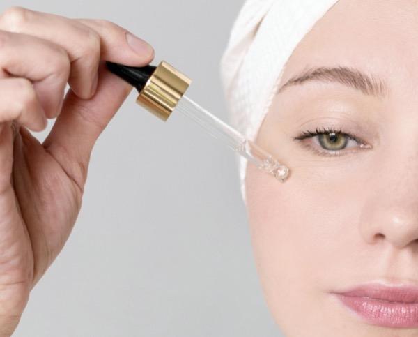 aplicar serum facial